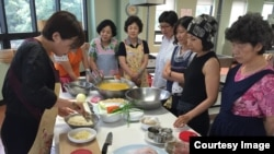 14일 경기도 김포시 평생교육센터에서 북한음식만들기 강좌가 열렸다. 이 날은 옥수수국수와 인조고기밥을 만들고 있다.