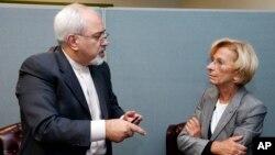 Ο ιρανός Υπουργός Εξωτερικών, Μοχάμεντ Τζαβάντ Ζαρίφ, με την ιταλίδα ομόλογο του Έμα Μπονίνο