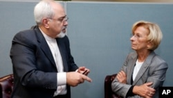 El canciller iraní Mohammad Javad Zarif, se reunió con su similar italiana Emma Bonino, como parte de las discusiones sobre el programa nuclear que se desarrolla en Irán.