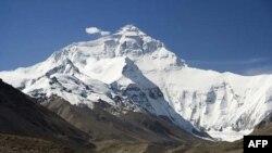 Akhir pekan dengan cuaca baik membuat banyak pendaki berusaha mencapai puncak gunung berketinggian 8.850 meter (foto: dok).