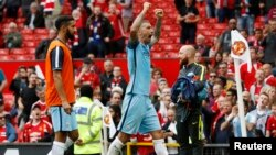 "Aleksandar Kolarov de Manchester City célèbre après le match Manchester United-Manchester City de la ""Premier League"" de l'Angleterre, à Trafford, 10 septembre 2016."