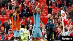 Aleksandar Kolarov de Manchester City célèbre après le match qui a opposé son équipe contre Manchester United, 10 septembre 2016,