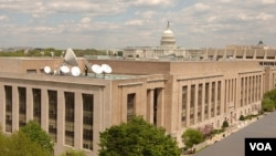 美国之音大楼,侧后方是美国国会大厦