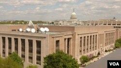 美國之音總部大樓,旁邊是國會大廈