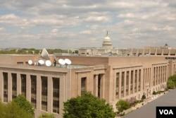 美国之音总部大楼,旁边是国会大厦