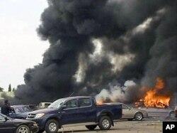 Vue de l'explosion devant le QG de la Police à Abuja