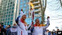 반기문 유엔 사무총장(왼쪽)이 토마스 바흐 국제올림픽위원회 위원장과 함께 6일 소치 올림픽 성화 봉송에 참어했다.
