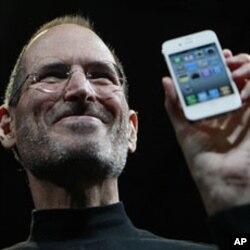 លោក Steve Jobs ប្រធានប្រតិបត្តិរបស់ក្រុមហ៊ុន Apple បង្ហាញប្រទេសទូរស័ព្ទ iPhone 4 នៅក្នុងសន្និសីទមួយក្នុងទីក្រុងសាន់ហ្វ្រាន់ស៊ីស្កូ សហរដ្ឋអាមេរិកកាលពីថ្ងៃទី៧ខែមិថុនាឆ្នាំ២០១០។