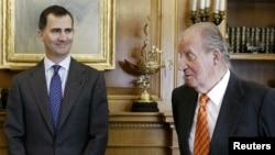 Juan Carlos à direita, com o filho Felipe de Bourbon
