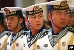 中国海军仪仗队成员在北京郊外的中国海军总部举行的欢迎美国海军作战部长的仪式上(2014年7月15日)