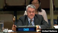 유엔총회 제1위원회를 이끌고 있는 이라크의 모하메드 후세인 바르 알루룸 대사가 지난달 27일 회의에서 북한 핵 관련 결의안을 처리하며 의사봉을 두드리고 있다.