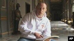 图为主要嫌疑人布雷维克称成为导师的英国人保罗·雷(Paul Ray)
