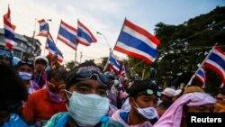 泰国反政府抗议者12月2日聚集在曼谷的警察总部前