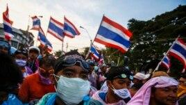 Người biểu tình chống chính phủ đụng độ với cảnh sát tại trụ sở cảnh sát đô thị ở Bangkok, ngày 2/12/2013.