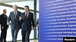 Presiden Komisi Eropa Jose Manuel Barroso (kanan) dan Perdana Menteri Sementara Yunani Panagiotis Pikrammenos (dua dari kiri) menuju ruang rapat informal para pemimpin Uni Eropa di Brussels (23/5).