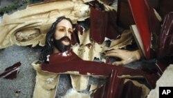 Patung Yesus Kristus di sebuah gereja di Temanggung, Jawa Tengah, hancur setelah diserang kelompok Islam garis keras pada 2011. (AP/Slamet Riyadi)