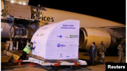 Контейнер, который является частью партии, содержащей один миллион доз вакцины Pfizer-BioNTech (COVID-19), выгружается в международном аэропорту Виракопос в Кампинасе, Бразилия