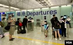 香港国际机场一幕年老长辈送别年幼儿孙的场面 (美国之音/汤惠芸)