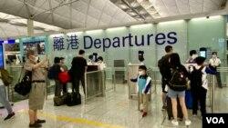 香港國際機場一幕年老長輩送別年幼兒孫的場面。(美國之音湯惠芸)