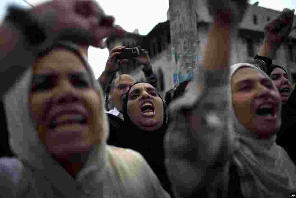 Protesters chant anti-Muslim Brotherhood slogans during a rally in front of the presidential palace, in Cairo, Egypt, December 4, 2012.
