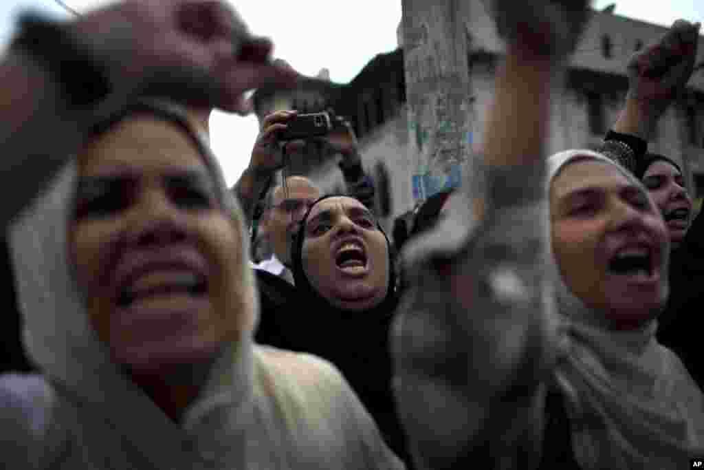 Des manifestants chantant des slogans hostiles aux Frères musulmans lors d'une protestation devant le palais présidentiel, au Caire, le 4 décembre 2012