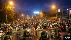Dòng người đi xe máy ùn ùn rời thành phố Hồ Chí Minh về quê khi thành phố này dỡ bỏ các hạn chế đi lại