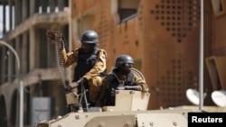 Des soldats déployés devant l'hôtel Splendid où des djihadistes ont mené vendredi dernier une attaque qui a fait 30 morts à Ouagadougou, Burkina Faso, 18 janvier 2016.