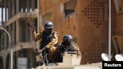 Tentara Burkina Faso melakukan pengamanan di sebuah hotel pasca serangan militan Islamis di sana yang menewaskan 28 orang (foto: ilustrasi).