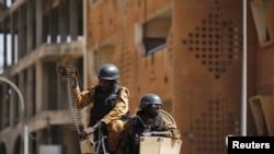 ARCHIVES - Des forces de l'ordre burkinabè après les attentats du 15 janvier contre le Splendid Hotel de Ouagadougou, Burkina Faso, 18 janvier, 2016.