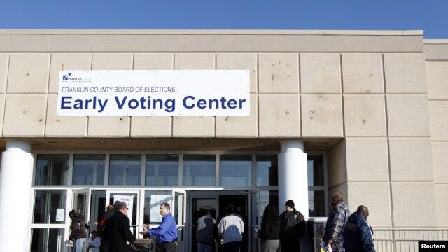 Des électeurs allant voter à Columbus, dans l'Ohio, le 5 novembre 2012.