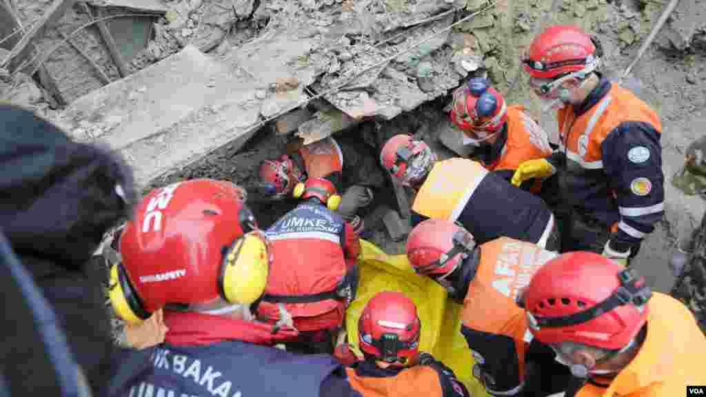 Tarihi kent Saku'nun şehir merkezinde arama-kurtarma faaliyetini Türkiye'den AFAD ve UMKE üstlendi. Arama kurtarma ekipleri, çökme riskine karşı dikkatli olmak zorundaydı. (Special earthquake teams from Turkey are leading search and rescue efforts in the historic village of Saku.)