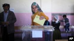 دیارباقر میں ایک خاتون ووٹ ڈال رہی ہیں