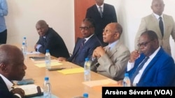 Une délagation du Conseil national de dialogue venue écouter les opposants à Diata, le 10 octobre 2019. (VOA/Arsène Séverin)
