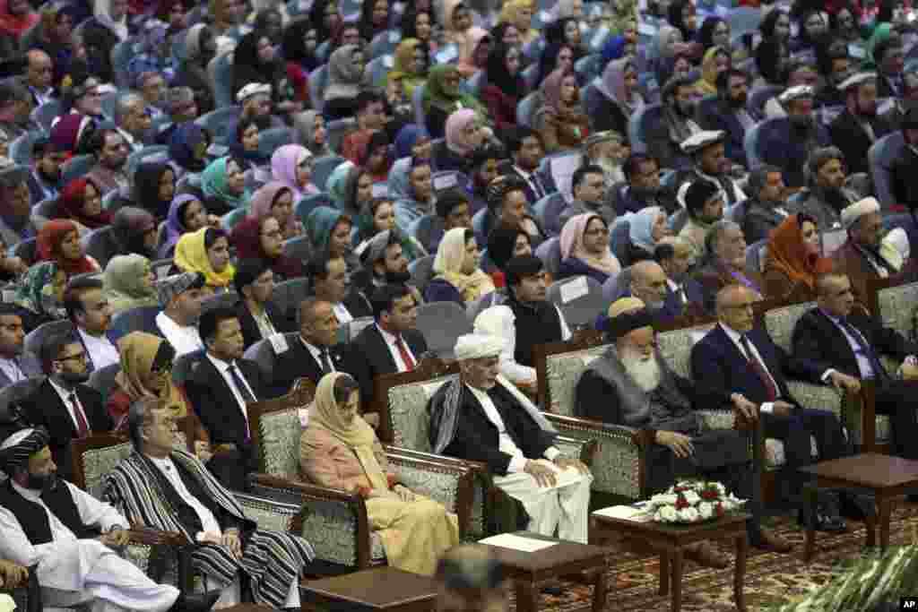 بسیاری از نامزدان انتخابات ریاست جمهوری به شمول عبدالله عبدالله، شماری از احزاب سیاسی و برخی رهبران پیشین جهادی - سیاسی این جرگه را تحریم کرده اند
