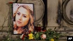 2018年10月9日,在保加利亞魯塞的自由紀念碑舉行的守夜活動期間,被殺害的電視記者維多利亞·馬琳諾娃的肖像被放置在鮮花和蠟燭的旁邊。