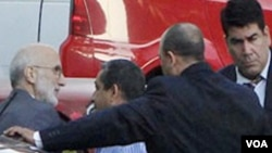 Kontraktor pemerintah Amerika Alan Gross (kiri) tiba di pengadilan Havana, Kuba. Ia ditangkap di Kuba bulan Desember 2009.