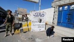 也門總統府外星期六發生爆炸,胡塞武裝戰鬥人員在現場調查。