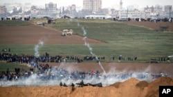 تجمع معترضان فلسطینی در امتداد مرزهای مشترک با اسرائیل و پرتاب گاز اشک آور از سوی سربازان اسرائیلی - ۱۰ فروردین ۱۳۹۷