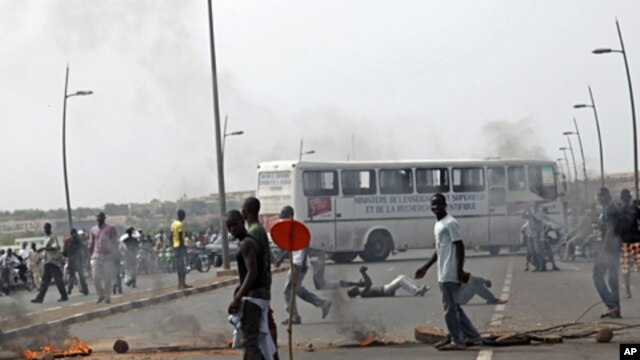 Protesters on a street in Bamako, Mali, May 21, 2012 (AP).