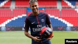 Le joueur du PSG Neymar Jr lors d'une conférence de presse à Paris, France, le 4 août 2017.