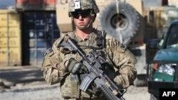 Американский военнослужащий несет патрулирование в Кандагаре. Афганистан. 11 января 2012 г.