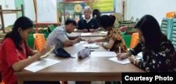 Belajar di rumah bersama guru Penghayat Kepercayaan di CIlacap. (Foto: Muslam/dok)