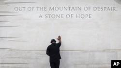 Pendeta Bobby Turner dari Columbus, Ohio, meletakkan tangannya di atas monumen Martin Luther King Jr. di Washington, DC. (Foto: Dok)
