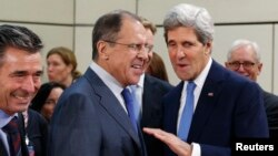 AQSh davlat kotibi Jon Kerri (o'ngda), Rossiya tashqi ishlar vaziri sergey Lavrov (o'rtada) va NATO bosh kotibi Anders Fog Rasmussen (chapda) Bryusselda NATO ga a'zo davlatlar tashqi ishlar vazirlari sammitidai, 4-dekabr, 2013-yil