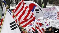 Các nhà hoạt động Hàn quốc vẫy cờ Mỹ, Nam Triều Tiên ăn mừng thỏa thuận thương mại tự do FTA với Hoa Kỳ gần đại sứ quán Mỹ tại Seoul, ngày 14/3/2012
