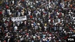 Demo damai warga Senegal menentang pencalonan diri Presiden Abdoulave Wade untuk masa jabatan ketiga, di ibukota Senegal, Dakar (31/1).