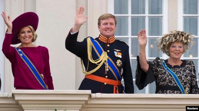 Ratu Belanda Beatrix (kanan), Putra Mahkota Willem Alexander (tengah) dan istrinya, Maxima, melambaikan tangannya dari balkon istana Kerajaan Belanda Noordeinde (Foto: dok).