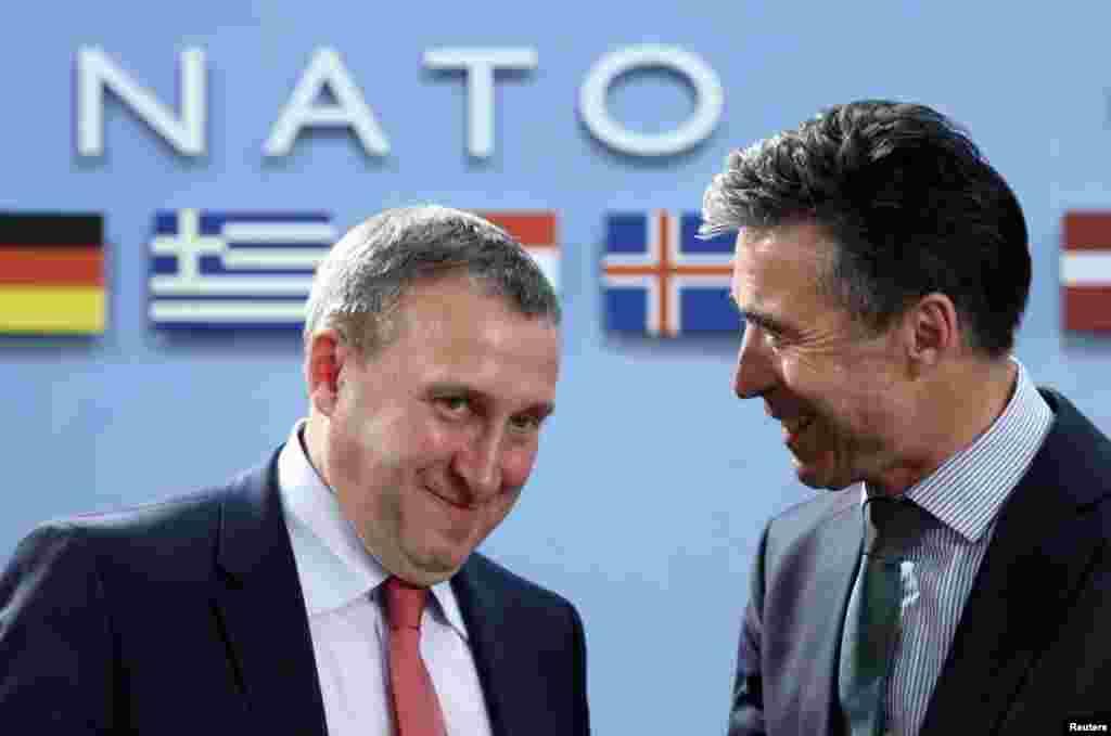 Украинский министр иностранных дел Андрей Дещица и генеральный секретарь НАТО Андерс Фог Расмуссен во время встречи министров иностранных дел стран НАТО и Украины