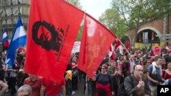 Pendukung partai-partai kiri melakukan unjuk rasa memprotes kinerja ekonomi pemerintahan Presiden Francois Hollande di Paris, Minggu (5/5).