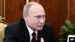 """Ông Putin nói: """"Hy Lạp không hề đề cập tới vấn đề viện trợ. Chúng tôi đã thảo luận về sự hợp tác trong nhiều lãnh vực kinh tế, kể cả việc thực hiện những dự án lớn về năng lượng."""""""